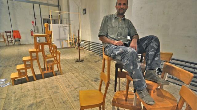 Odrzucone krzesła lubią się fotografować