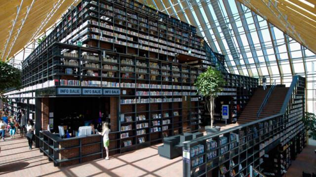 Góra książek w Spijkenisse