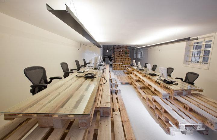 Pracownicy agencji mogą siadać za specyficznymi stołami, utworzonymi z kilku warstw palet. fot. ARC