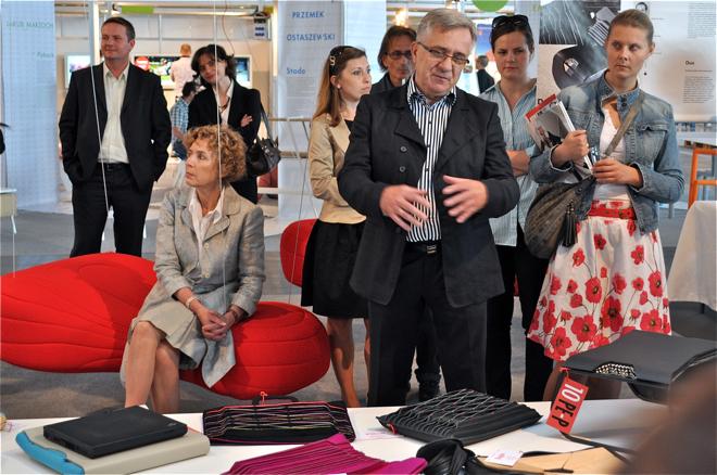 Bardzo ciekawa była wystawa PE-P, czyli Programu Edukacyjno-Projektowego. Na zdjęciu Ryszard Balcerkiewicz, prezes Noti - firmy, z której pomocą studenci wyprodukowali kilka prototypów, a teraz mają szansę na ich wdrożenie. fot.Wojciech Trzcionka