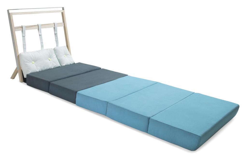 Całość tworzy konstrukcja składająca się z pięciu poduszek w dwóch różnych odcieniach niebieskiego koloru.  fot. ARC