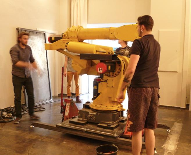 Do Berlina projektant przywiózł robota przemysłowego, którego wcześniej zakupił w Japonii, a który wcześniej służył do produkcji elementów wykończeniowych w lodówkach. fot. Materiały prasowe