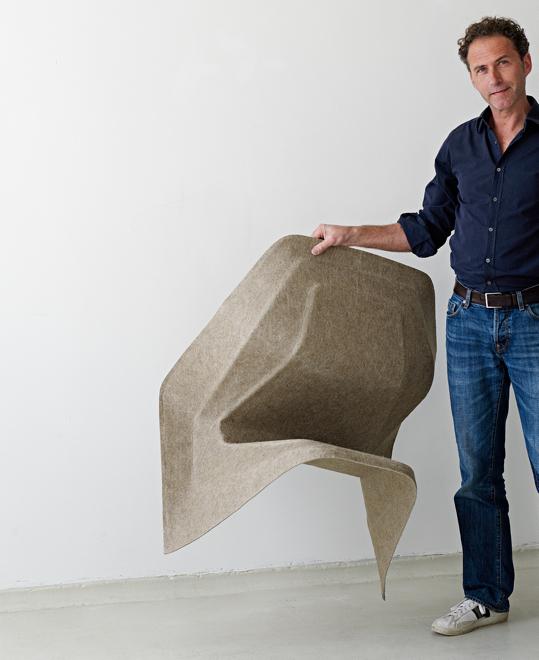 Werner Aisslinger i krzesło Hemp, które stworzył z naturalnego surowca - siana. fot. Materiały prasowe