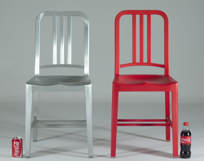 Krzesło 111 Navy Chair (z prawej) zostało wykonane na wzór oryginalnego mebla Emeco Navy Chair (z lewej), zaprojektowanego w 1944 roku dla amerykańskiej marynarki wojennej. fot. Materiały prasowe