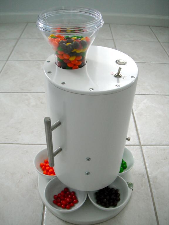 Maszyna sortuje kolorowe cukierki, ponieważ zastosowano w nim sensor CCD, rozróżniający kolory. fot. Materiały prasowe