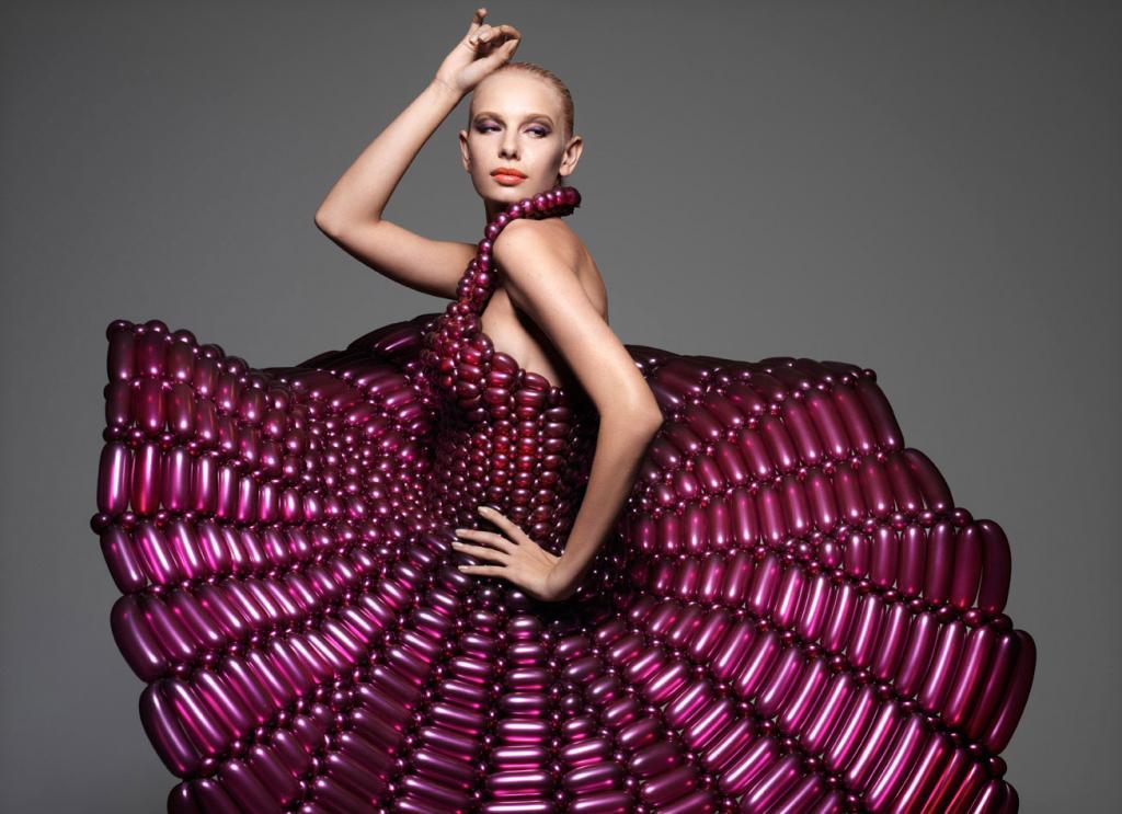 Suknie składają się z setek nadmuchanych i połączonych ze sobą balonów. fot. Materiały prasowe