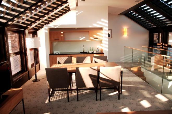 Goście hotelu mogą cieszyć się mieszkaniem w apartamentach, które szczycą się meblami na zamówienie, ekskluzywnymi łazienkami i w pełni wyposażonymi aneksami kuchennymi.