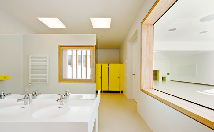 Wszystkie sale usytuowano od południowej strony, a świetliki i duże okna zapewniają naturalne światło. fot. Hertha Hurnaus