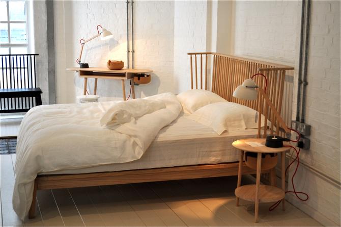 W skład nowej kolekcji wchodzą wykonane z drewna łóżko, stolik nocny oraz biurko, wyposażone w specjalną misę. fot. Wojciech Trzcionka