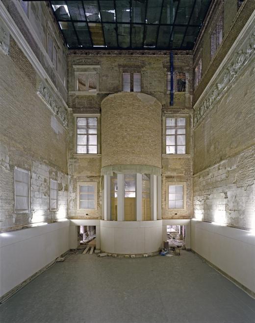 Podczas rewitalizacji projektant zastosował jako materiał m.in. beton połączony z saksońskim marmurem ale także cegły