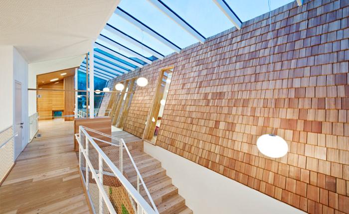 Wewnętrzne  i zewnętrzne przestrzenie płynnie przenikają się, zaś dach został przekształcony w ogród, do którego można się dostać z górnego piętra. fot. Hertha Hurnaus