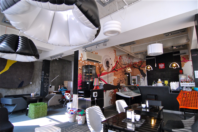 Żywa galeria designu Design Alive w klubokawiarni Presso zmieniła zupełnie swój wystrój. fot. Wojciech Trzcionka