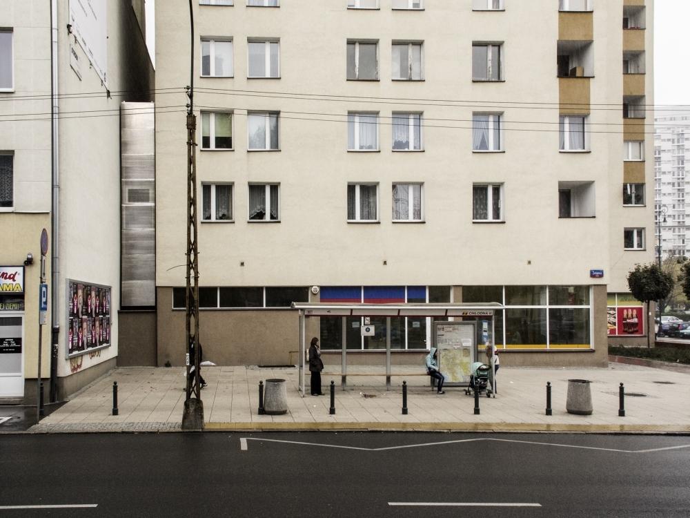 Działka, na której stworzono Dom, ma w najwęższym miejscu 92 cm, natomiast w najszerszym  152 cm szerokości. fot. Bartek Warzecha/Fundacja Polskiej Sztuki Nowoczesnej