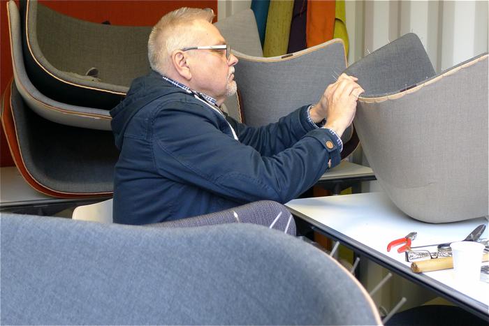 Fotele są robione ręcznie przez duńskich rzemieślników. fot. Wojciech Trzcionka