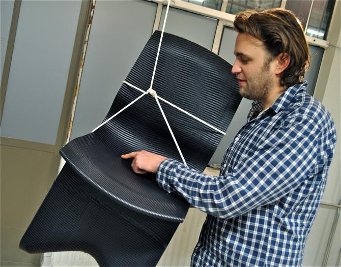 Bujak Endless i jego twórca Dirk Vander Kooij. Każde krzesło powstaje z rozdrobnionych fragmentów tworzywa, które następnie są przetwarzane przez robota w specjalną masę, i w efekcie powstaje z nich nowy produkt. fot. Ewa Trzcionka