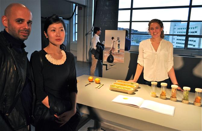Boazowi Cohenowi i Sayaki Yamamoto ze studia BCXSY bardzo podobał się projekt stworzony przez Rianne Koens - zestaw do przetwarzania i przechowywania owocowych skórek. fot. Ewa Trzcionka