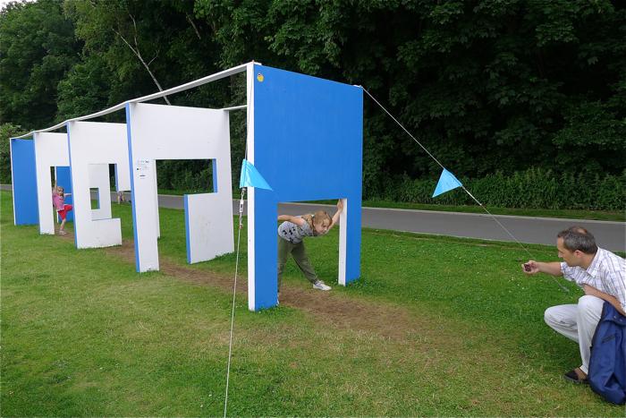 Gdynia Playground to ciąg instalacji, które do końca wakacji stoją na Bulwarze Nadmorskim. Turyści mogą się w nich bawić i poznawać tajniki projektowania. fot. Wojciech Trzcionka