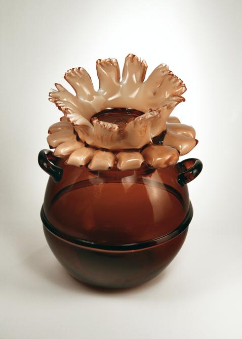 Szklane przedmioty nawiązują kształtem do form roślinnych. fot. Materiały prasowe