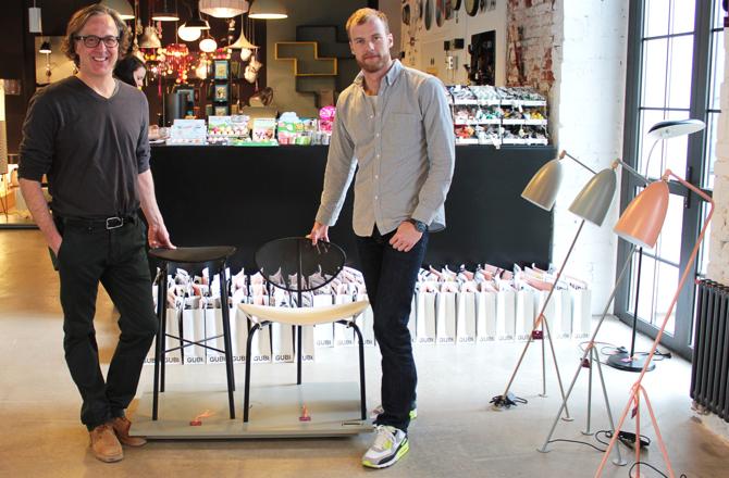 Współwłaściciel Red Onion Peter Stewart i Allan Torp, przedstawiciel Gubi oraz ikony duńskiej firmy. fot. Eliza Ziemińska