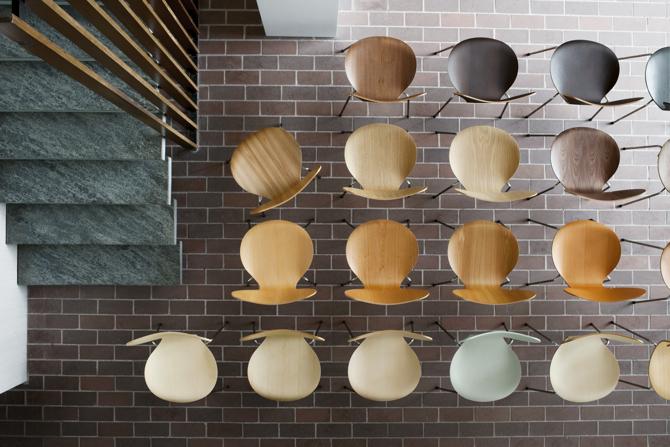 Marka wprowadziła serię krzeseł, inspirowaną oryginalną paletą barw. fot. Materiały prasowe