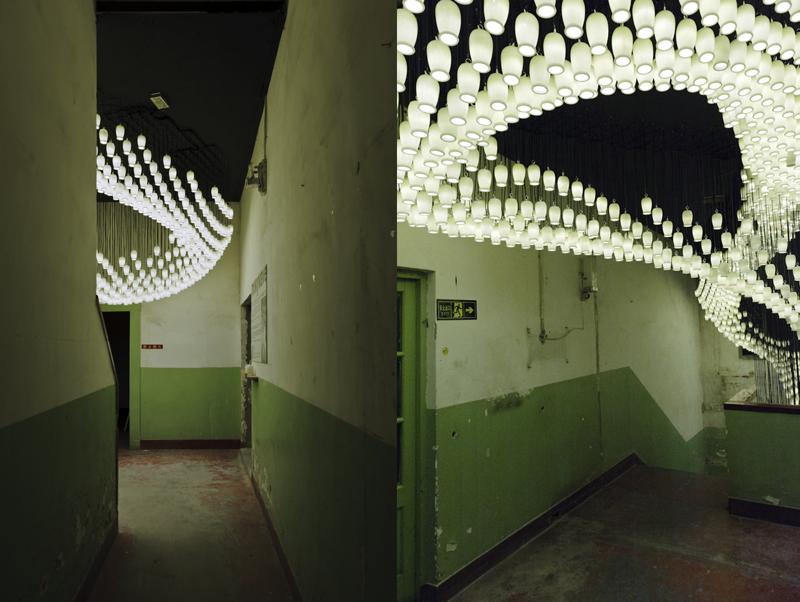 Instalacja jest usytuowana na klatce schodowej byłej fabryki rowerów w historycznej dzielnicy Pekinu Dashiar. fot. Materiały prasowe