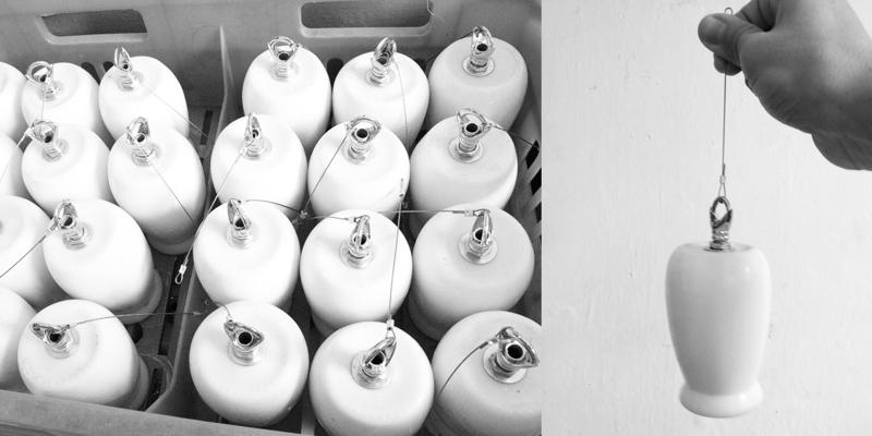 Butelki zostały zaopatrzone w metalowy hak i kabel, po czym zawieszone każda na innej wysokości. fot. Materiały prasowe