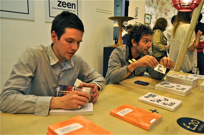 Max Fraser i Marcus Fairs podczas spotkania z czytelnikami na targach 100% Design w Londynie. fot. Wojciech Trzcionka