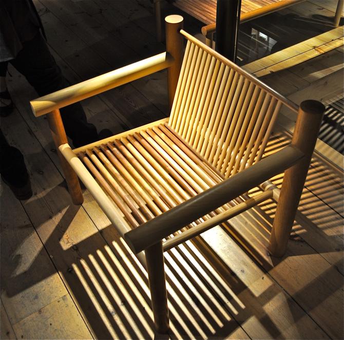 Meble zostały zbudowane z prętów i kołków z różnych rodzajów drewna. fot. Wojciech Trzcionka