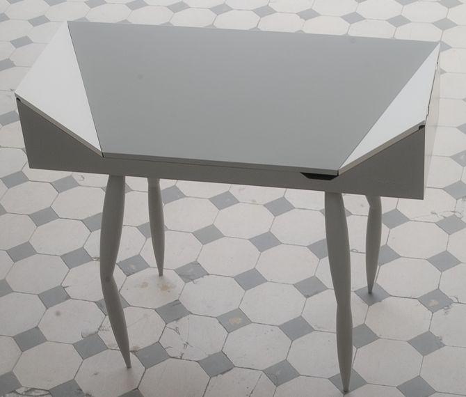 Adam to biurko, w którym schować można laptop, papier i różne akcesoria. fot. Materiały prasowe
