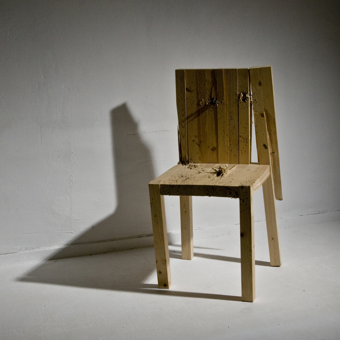 Kolekcja stworzona z drewnianych krzeseł