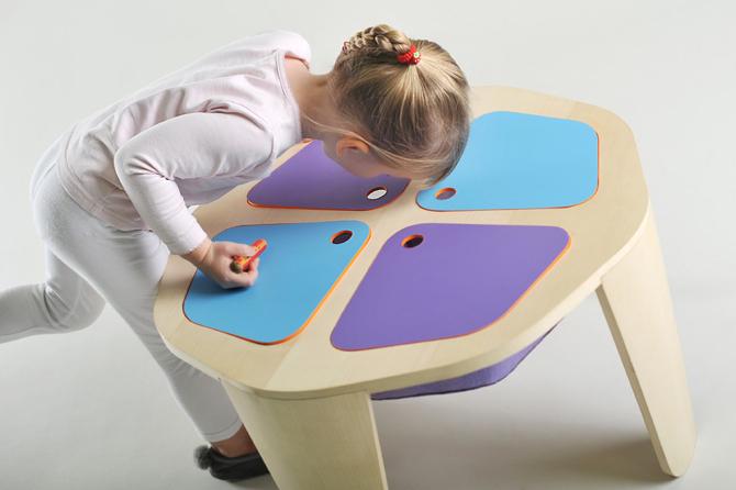 Stolik jest wyposażony w rozmaite kieszonki i schowki. fot. Materiały prasowe