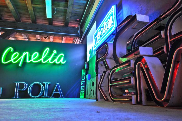 Muzeum Neonów mieści się w Soho Factory. fot. Wojciech Trzcionka