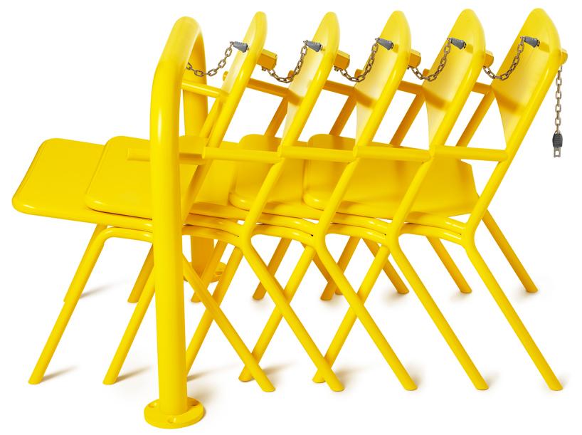Krzesła jak wózki w markecie