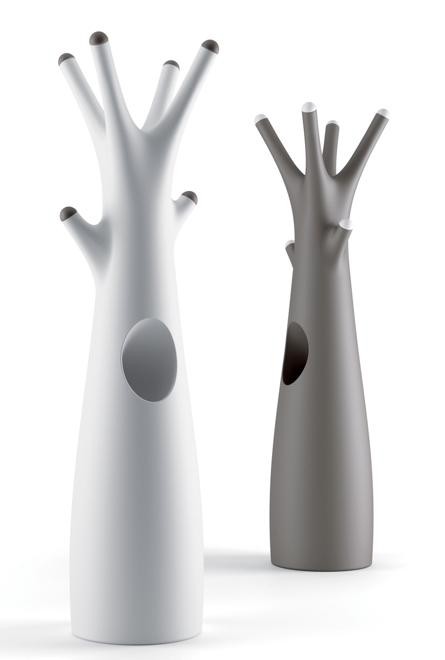 Intrygującą nowością jest Godot do projektu Alberto Brogliato - wieszak na ubrania przypominający bajkowe drzewo. fot. Materiały prasowe