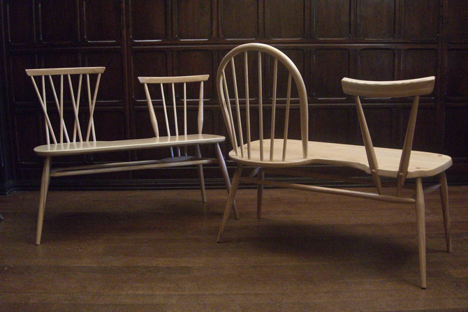 Drewniane ławeczko-krzesła są już w sprzedaży. fot. Materiały prasowe