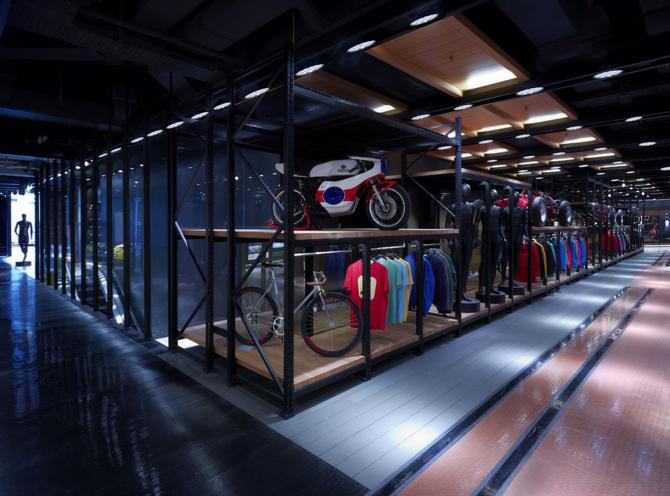 Sklep powstał kosztem 4 mln euro, a na jego otwarciu były m.in. supermodelki Naomi Campbell i Eva Herzigova. fot. Materiały prasowe