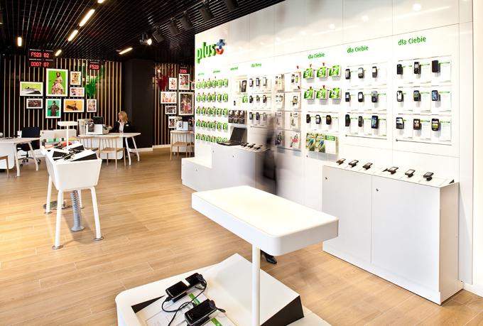 W skład systemu wchodzą meble ekspozycyjne dla telefonów i usług , meble do stanowisk obsługi klienta, niektóre i lampy elementy dekoracyjne. fot. Maciej Frydrysiak