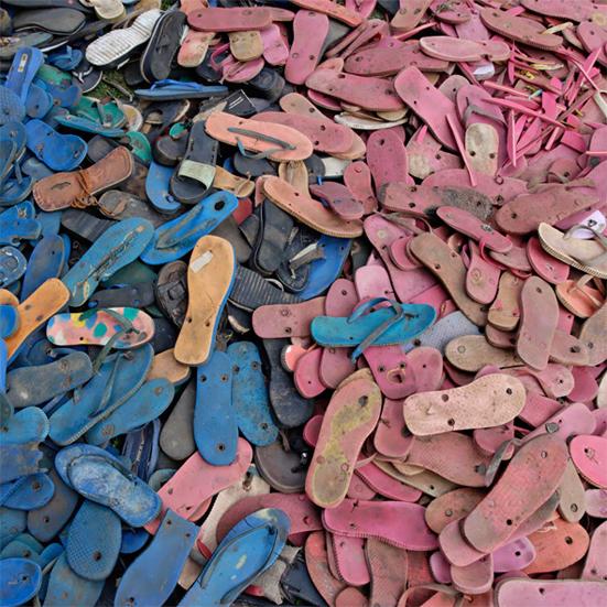 Studio wraz firmą UniquEco postanowiło oczyścić piaski kenijskiego wybrzeża z zanieczyszczających środowisko materiałów.  fot. Materiały prasowe