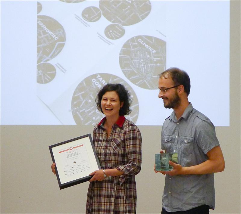 Karolina i Piotr Jakoweńko otrzymali nagrodę za najlepszy projekt graficzny. fot. Wojciech Trzcionka