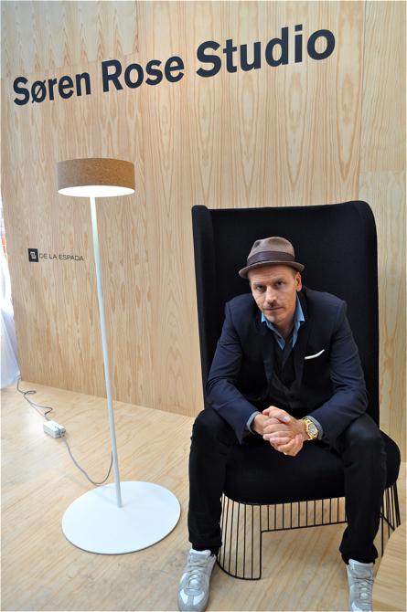 Duński projektant Søren Rose w swoim fotelu P.A. High Chair. fot. Wojciech Trzcionka