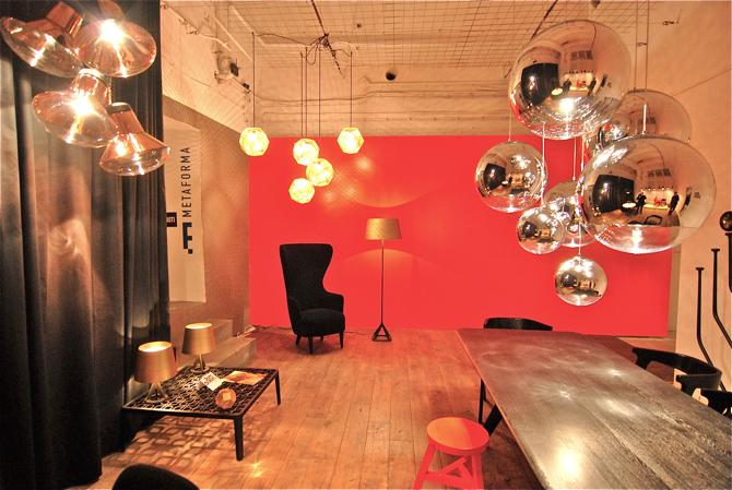Na wystawie znalazło się 16 projektów studia Toma Dixona, wśród nich m.in. lampa Mirror Ball (srebrne kule z prawej). fot. Wojciech Trzcionka
