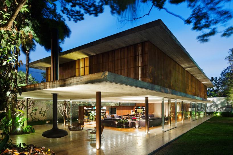 Dom tworzą trzy bardzo rozległe betonowe płaszczyzny. fot. Materiały prasowe
