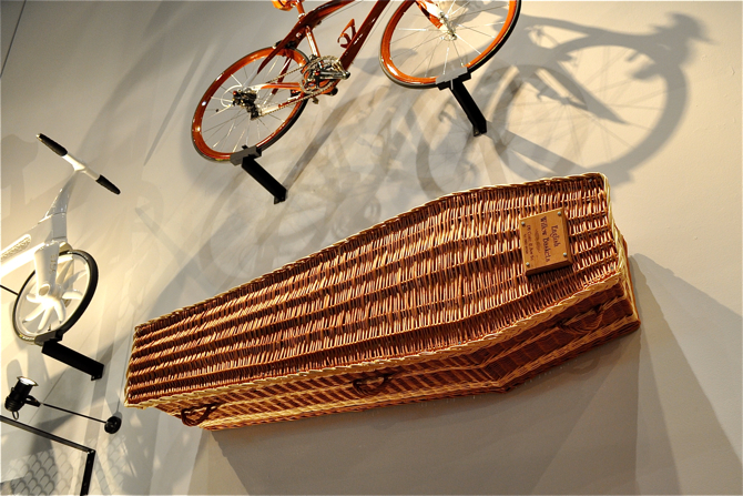 Trumnę z wikliny można oglądać do 2 stycznia na wystawie