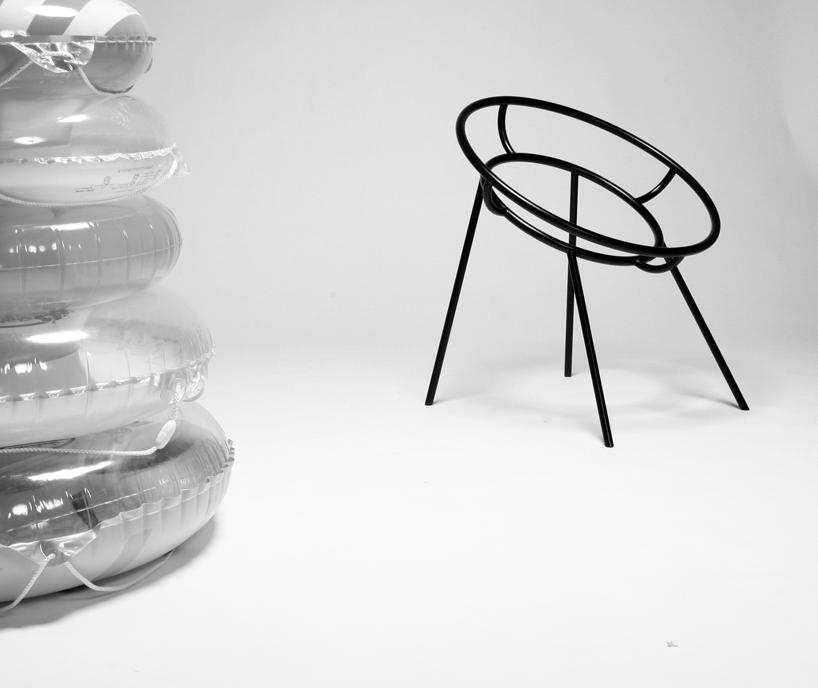 Krzesło budzi skojarzenia z letnim, nadmorskim wypoczynkiem. fot. Materiały prasowe
