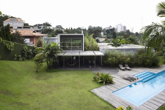 Dom stoi w dzielnicy Zielonych Wzgórz w São Paulo. fot. Fran Parente