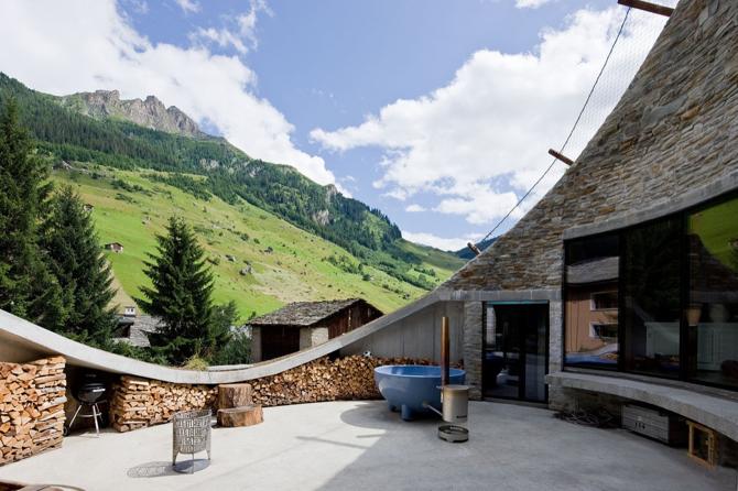 Wszystkie pomieszczenia w Villa Vals powstały dzięki wykuciu otworu w górskim zboczu. fot. Materiały prasowe