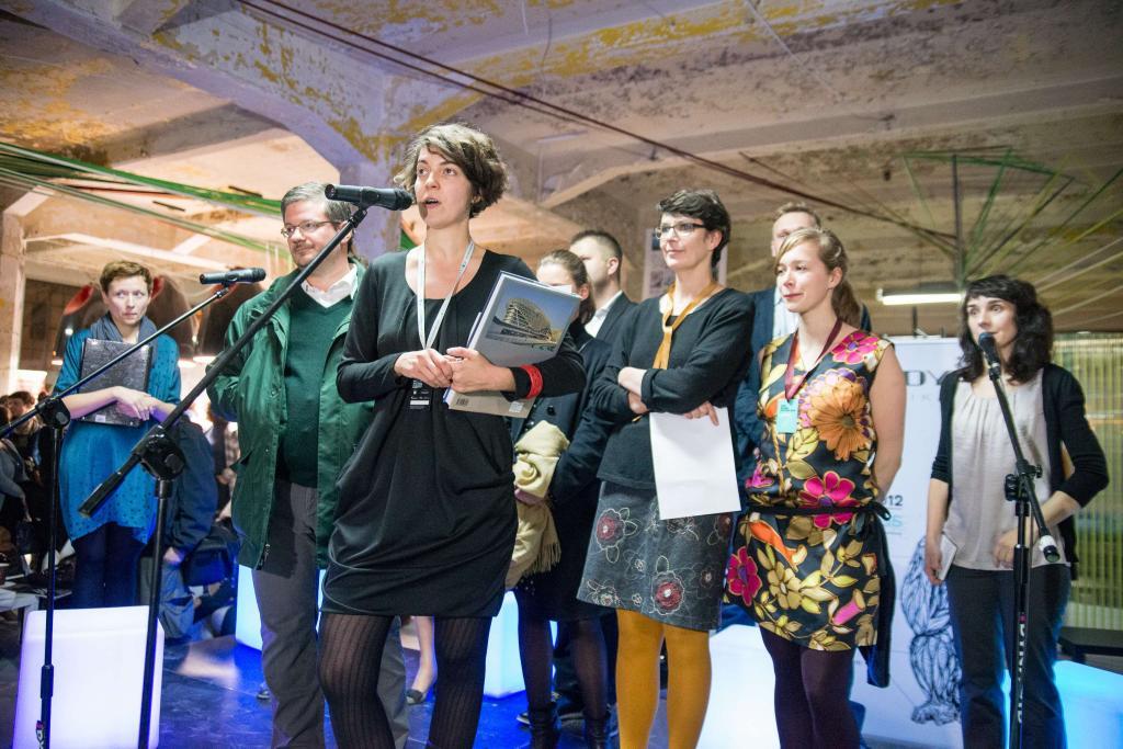 Otwarcie festiwalu w 2012 roku. Małgorzata Żmijska przy mikrofonie. fot. Materiały prasowe