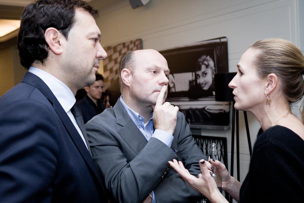 Magdalena Polańska z The Swatch Group w rozmowie z Marcinem Pęszko oraz Jacquesem Boue z firmy Prime Line, reprezentującej w Polsce marki Lamy oraz Moleskine. fot. Jan Lutyk