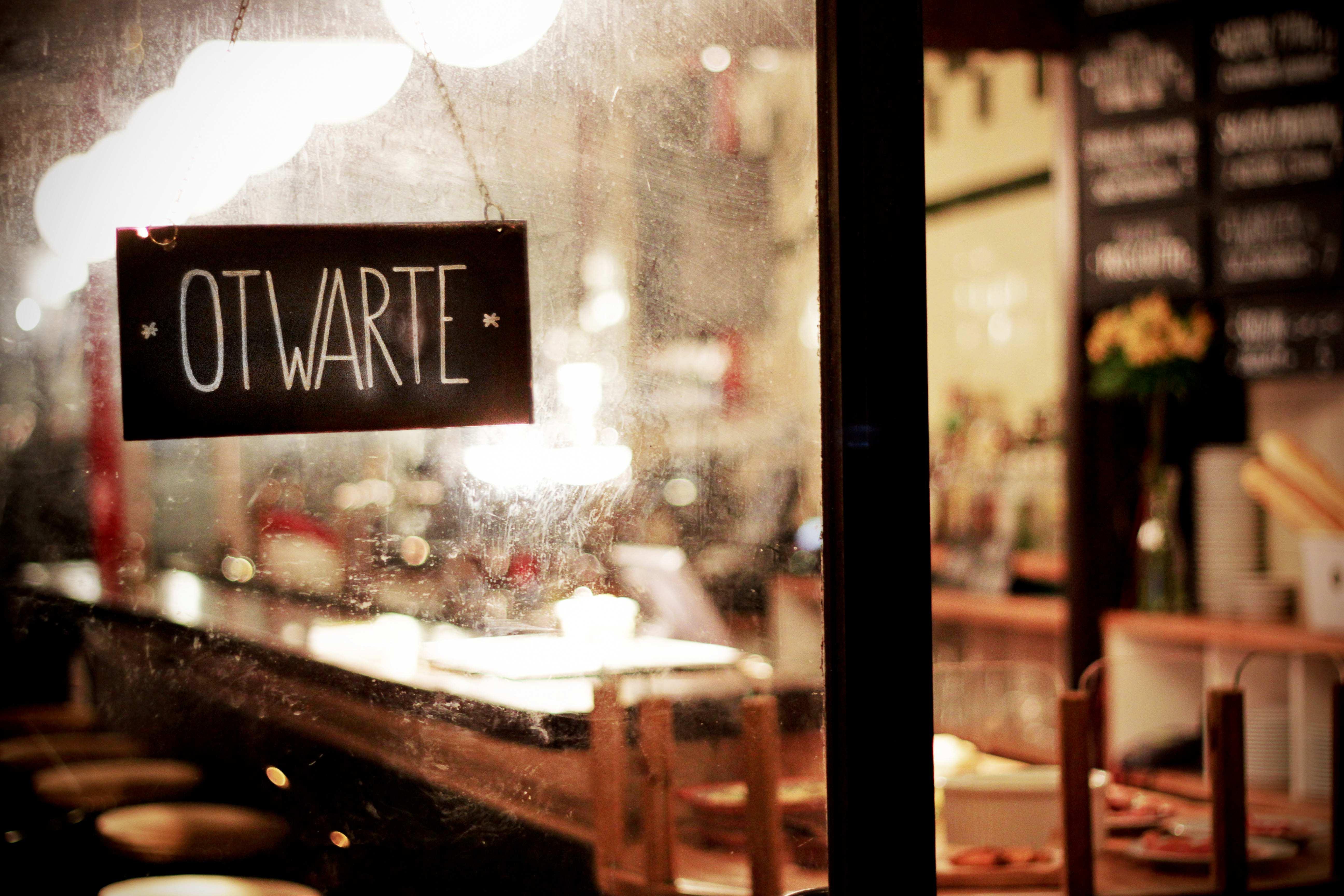Bar i bazar w Hali Koszyki, otwarty jest 6 dni w tygodniu, do wtorku do niedzieli. fot. Eliza Ziemińska