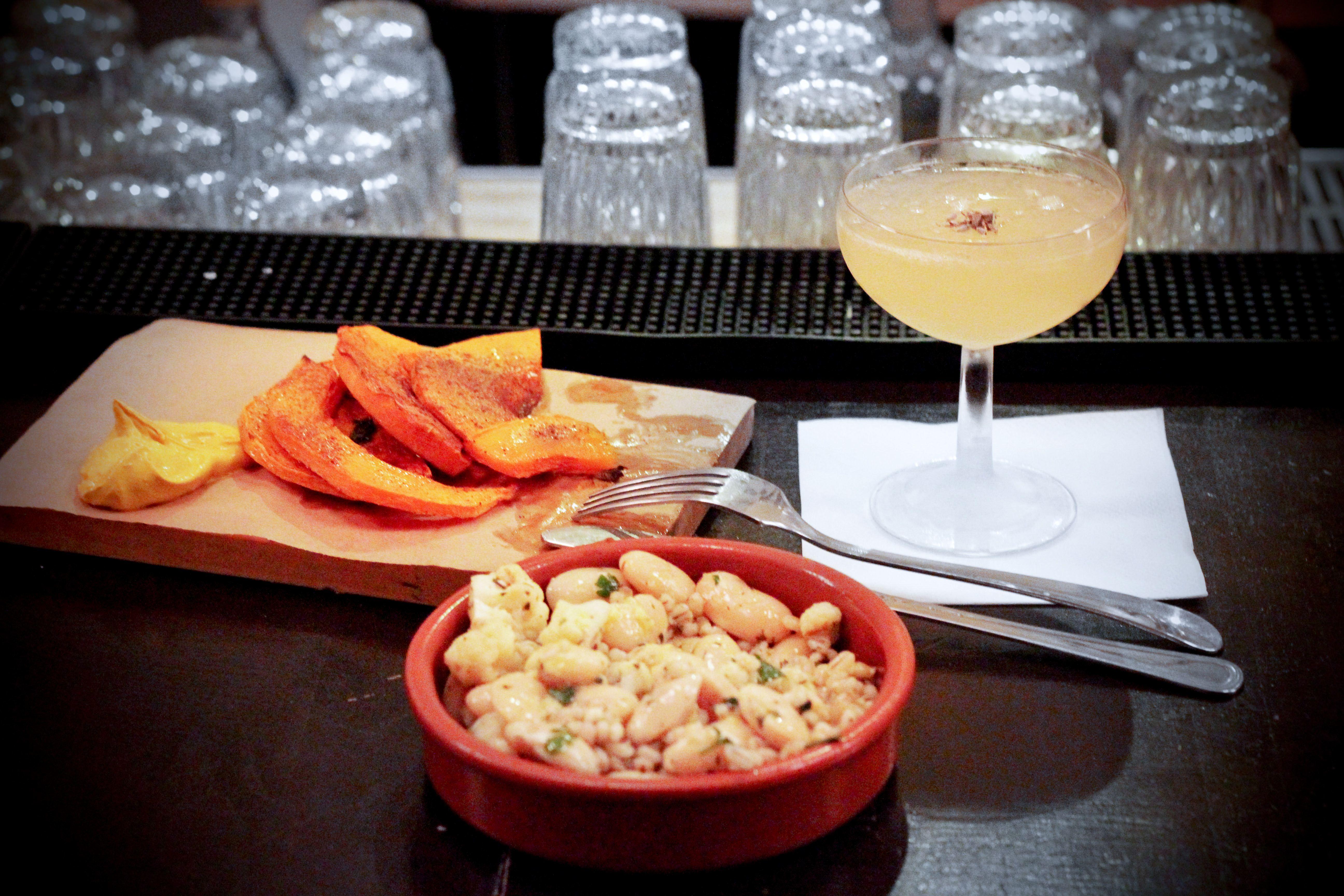 Bistro w Koszykach słynie z przysmaków przygotowywanych z sezonowych produktów. Na zdjęciu: dynia z cynamonem i liściem szałwii podana z sosem śmietanowo-kurkumowym, sałatka z kalafiorem oraz słynny drink